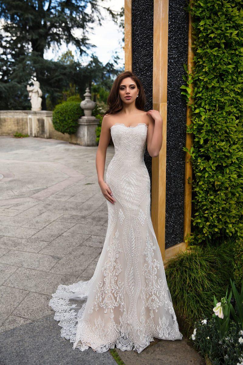 Пудровое свадебное платье облегающего кроя с кружевом и изящным открытым верхом.
