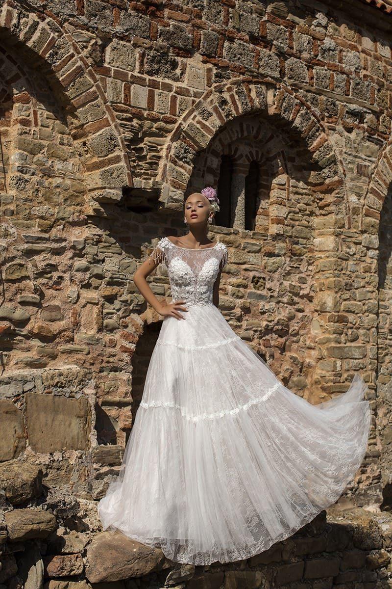 Свадебное платье А-силуэта с кружевной юбкой и соблазнительным вырезом на спинке.