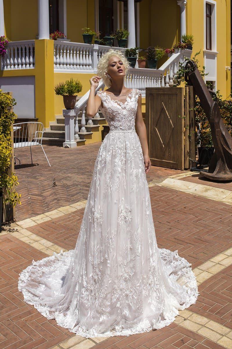 Женственное свадебное платье А-силуэта с кружевным декором и великолепным шлейфом.