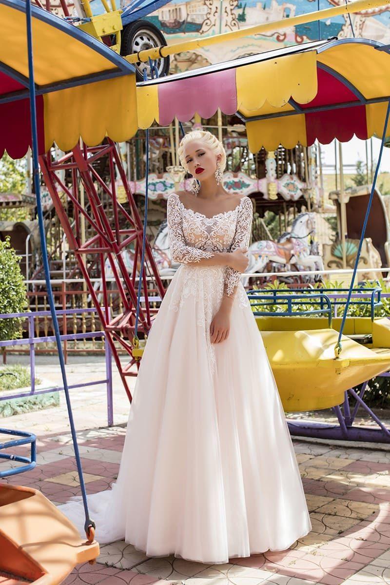 Свадебное платье пышного кроя с бежевым корсетом и белоснежным кружевным декором.