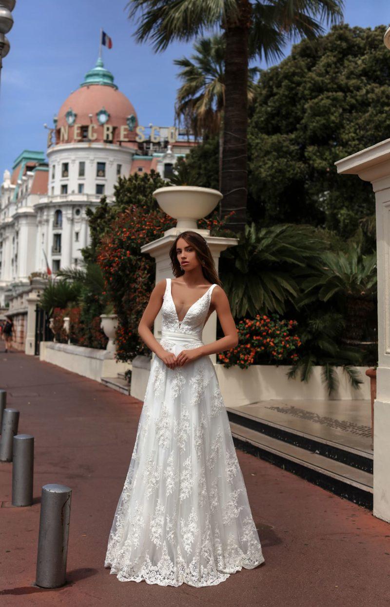 Классическое свадебное платье «принцесса» с глубоким V-образным вырезом декольте.