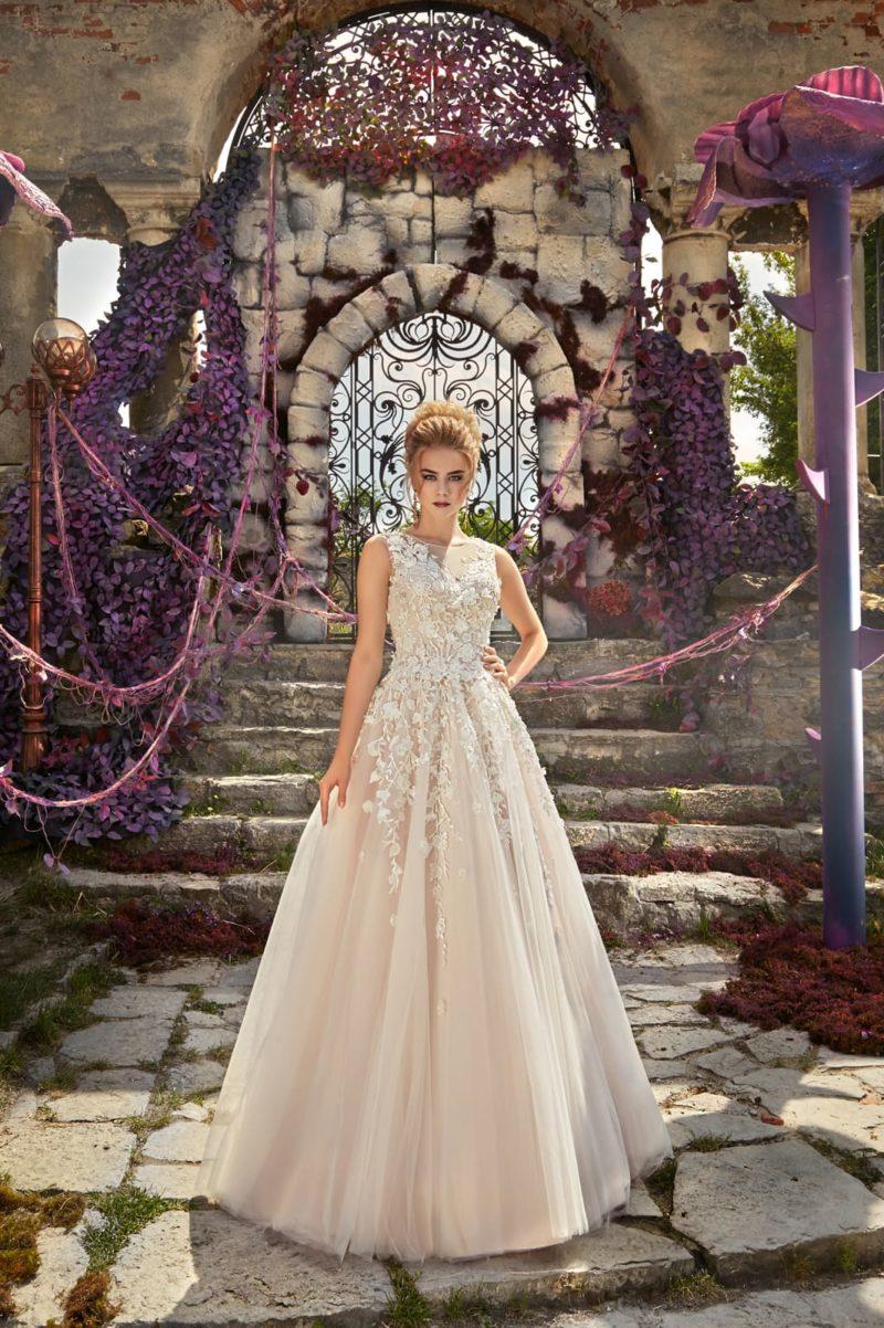 Кремовое свадебное платье А-силуэта с неповторимой объемной отделкой бутонами.