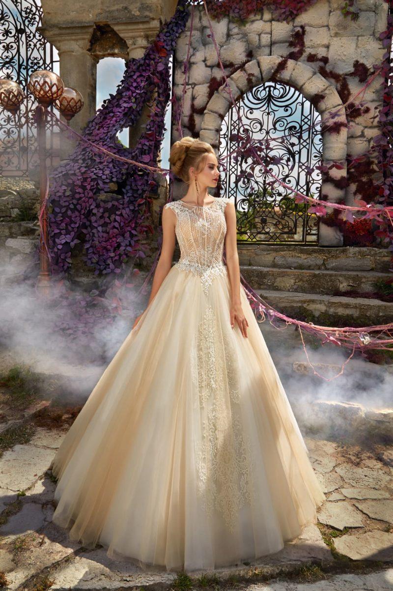 Золотистое свадебное платье А-силуэта с элегантным закрытым лифом, украшенным кружевом.