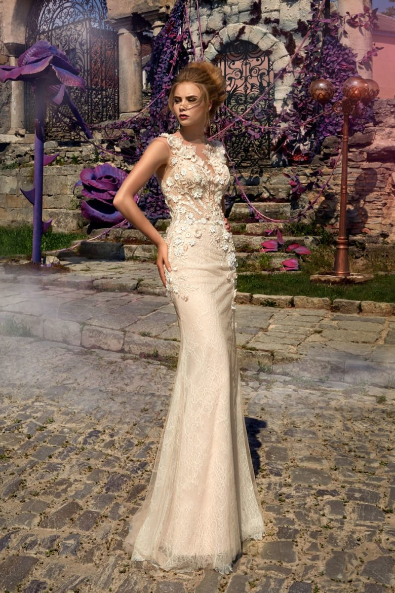 Бежевое свадебное платье облегающего кроя с прозрачной спинкой и объемным декором.
