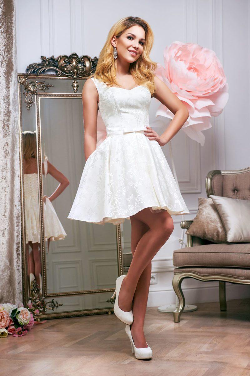 Свадебное платье с короткой юбкой, выполненное из фактурного атласа.