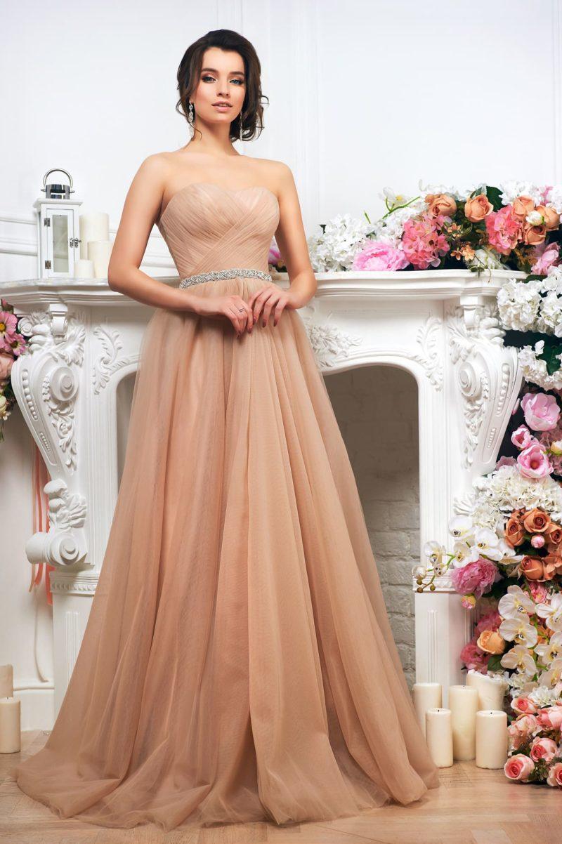 Великолепное бежевое платье.