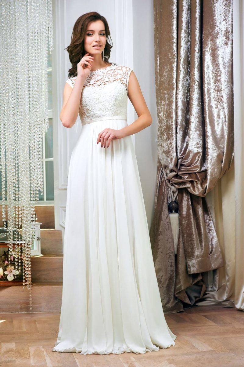 Прямое свадебное платье с кружевной вставкой на спинке и закрытым лифом.