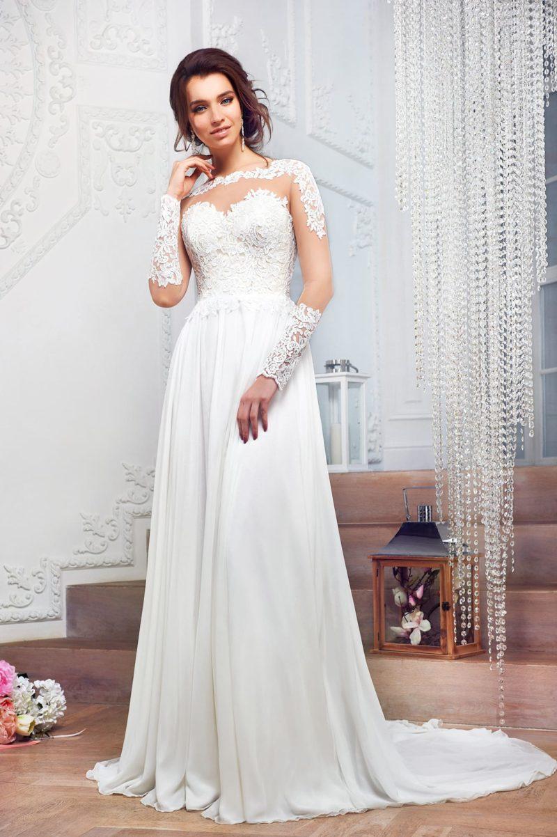 Прямое свадебное платье с очаровательными кружевными рукавами и длинным шлейфом.