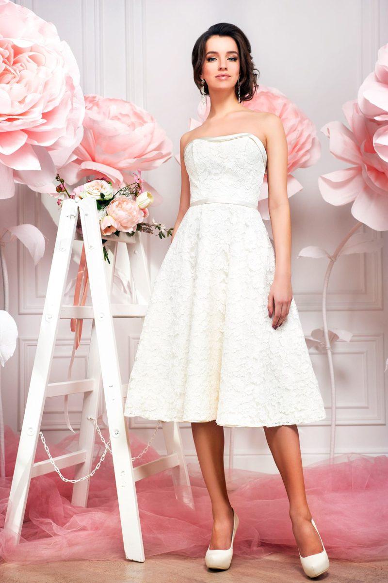 Элегантное свадебное платье с юбкой до колена и открытым декольте-сердечком.