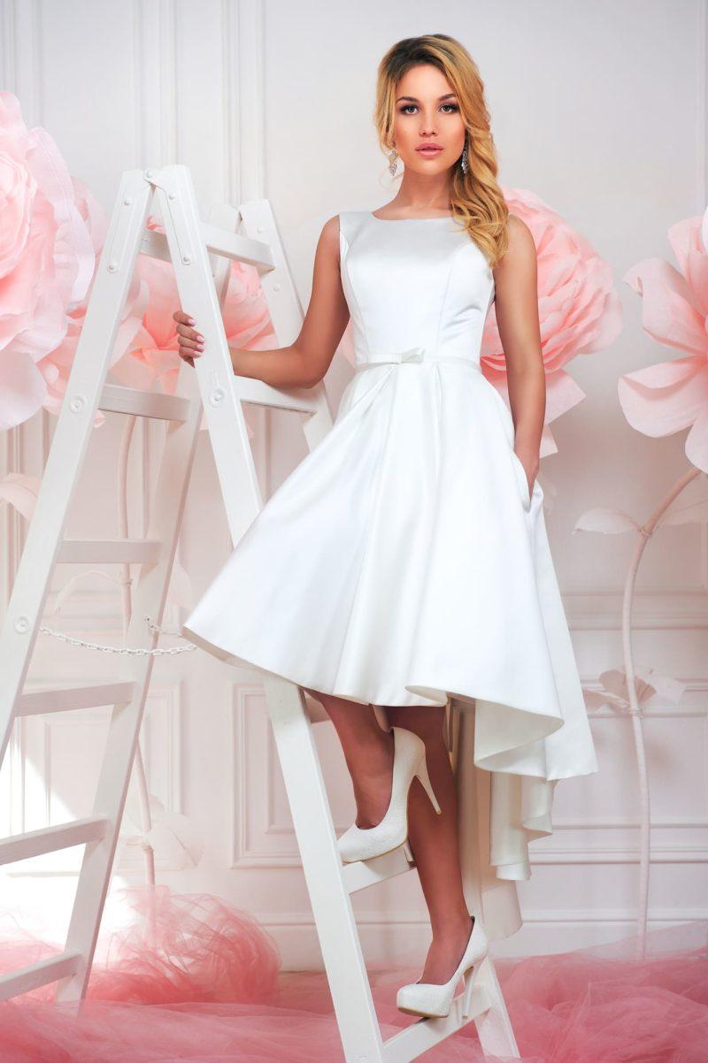 Короткое свадебное платье из атласной ткани с открытой спинкой и удлиненной сзади юбкой.