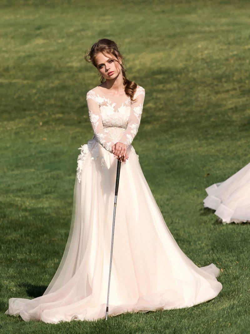 Пудровое свадебное платье А-силуэта с потрясающими объемными аппликациями по верху.