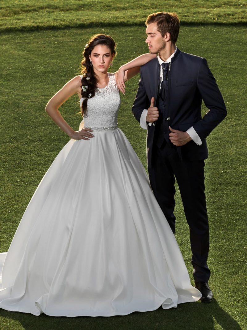 Стильное свадебное платье с атласной юбкой А-силуэта и закрытым фактурным лифом.