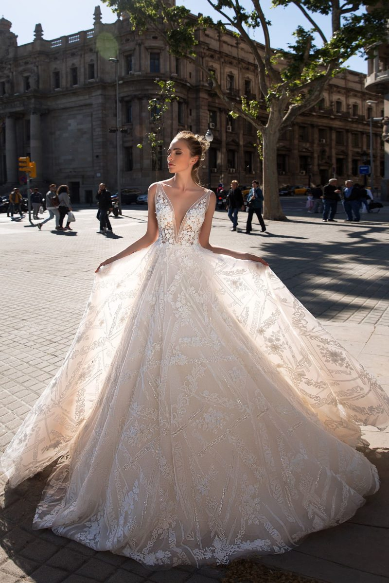 Свадебное платье А-силуэта с кружевной отделкой и юбкой в кремовых тонах.