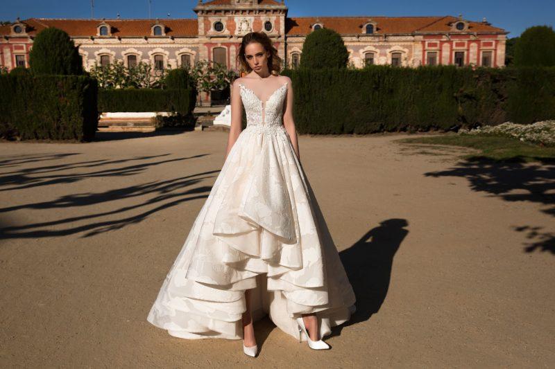 Свадебное платье А-силуэта с эффектной юбкой из парчи и открытым декольте.