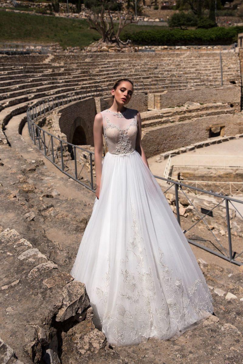 Свадебное платье А-силуэта с персиковым корсетом и стильным кружевным декором.
