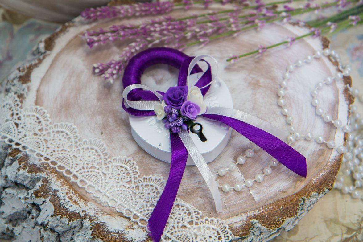 Белый свадебный замок с романтичной отделкой в бело-фиолетовых тонах.