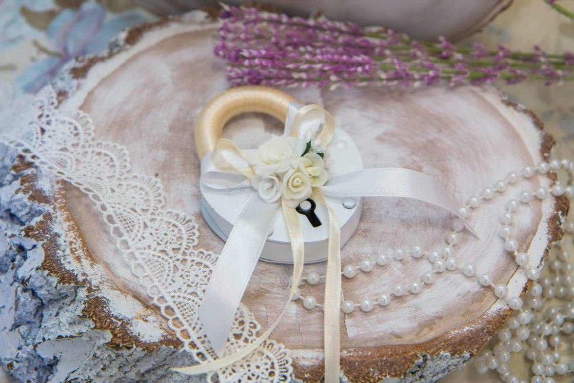 Свадебный замок в бело-кремовых тонах с отделкой лентами и бутонами.