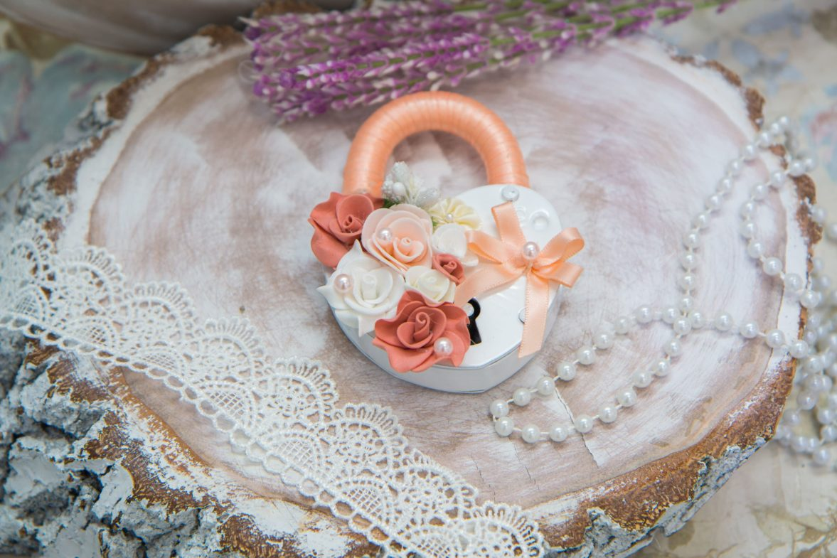 Свадебный замок белого цвета с отделкой в персиковых тонах.