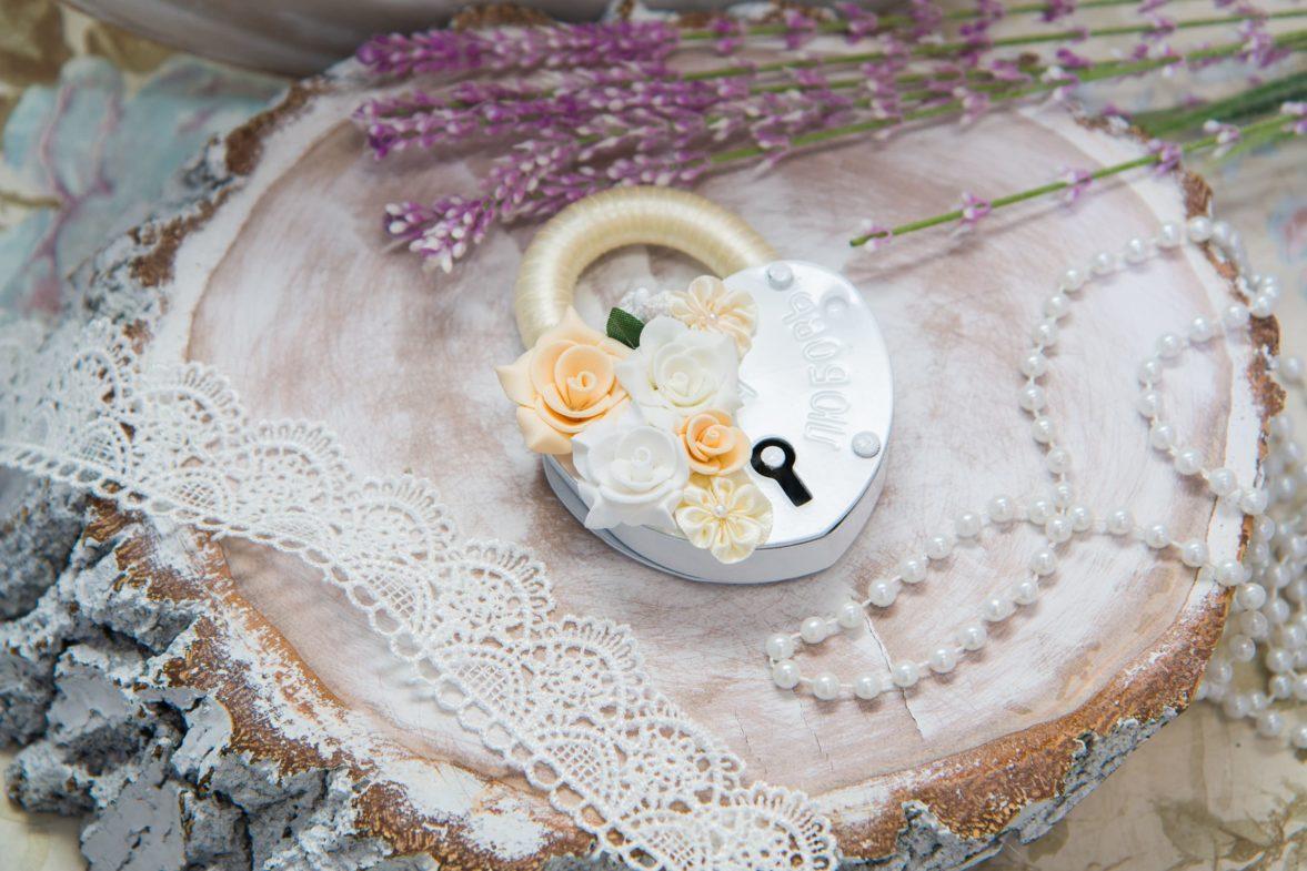Романтичный свадебный замок с объемной отделкой в кремовых тонах.