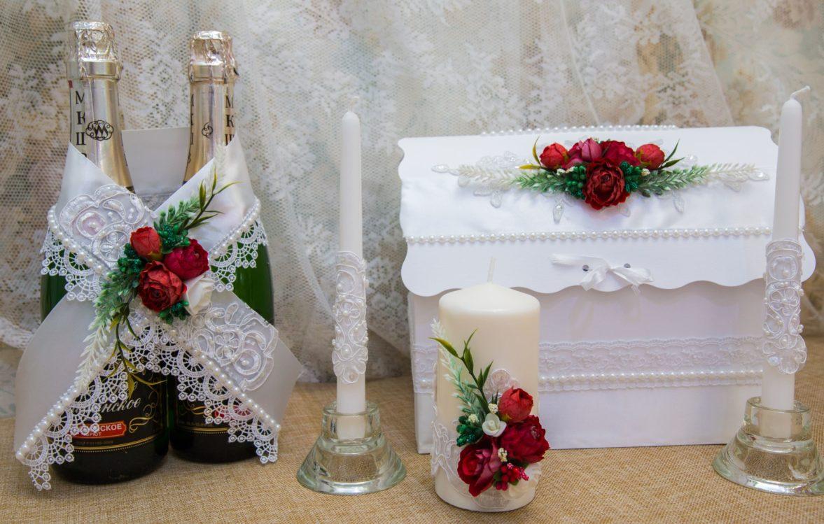 Белый кружевной свадебный набор, декорированный крупными алыми бутонами.