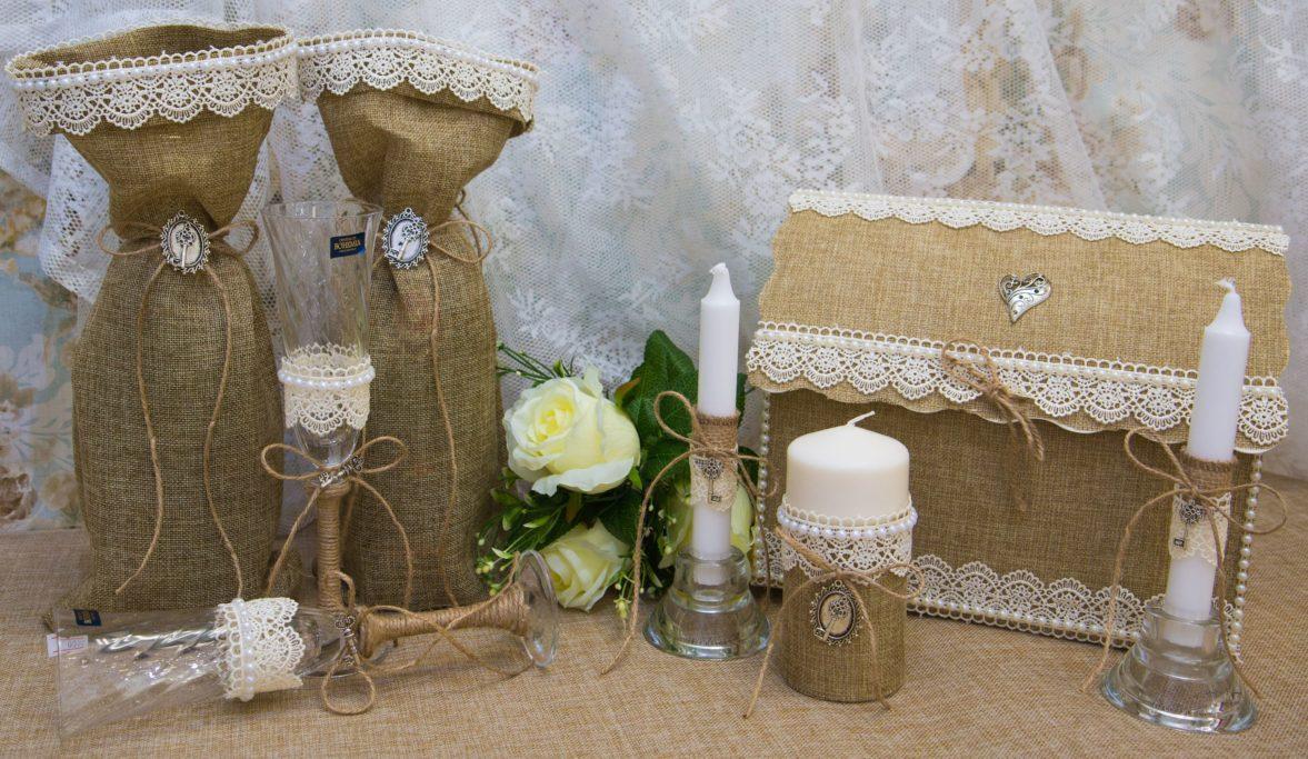 Рустикальный свадебный набор из мешковины, украшенный кружевом и ключиками.