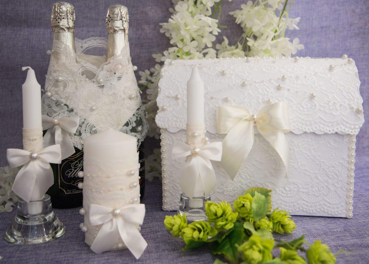 Белый свадебный набор с отделкой бусинами и атласными бантами.