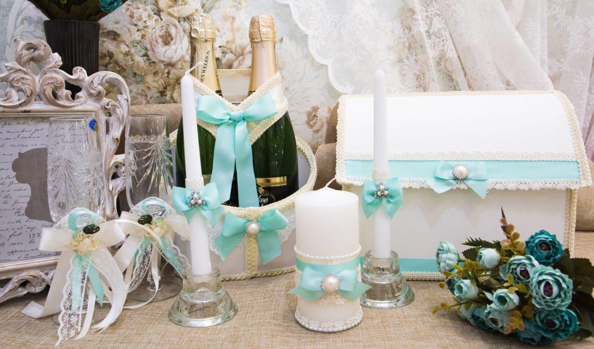 Кружевной свадебный набор с бирюзовыми лентами и бежевой тесьмой.