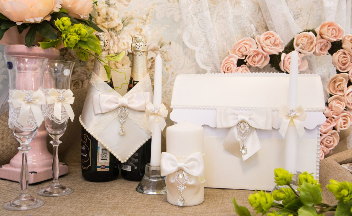 Свадебный набор оттенка слоновой кости, украшенный бантами и стразами.