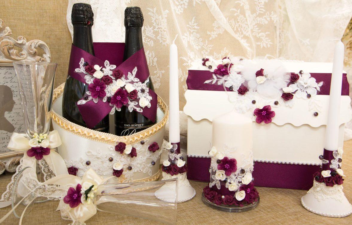 Драматичный свадебный набор в винных тонах с романтичным цветочным декором.