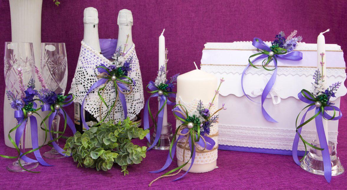 Свадебный набор из фактурного кружева, декорированный голубыми цветами.