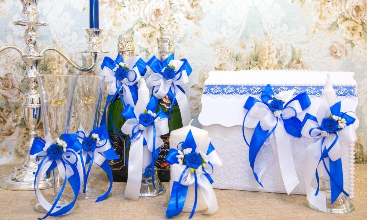 Свадебный набор из бело-голубых атласных лент, украшенный бутонами.