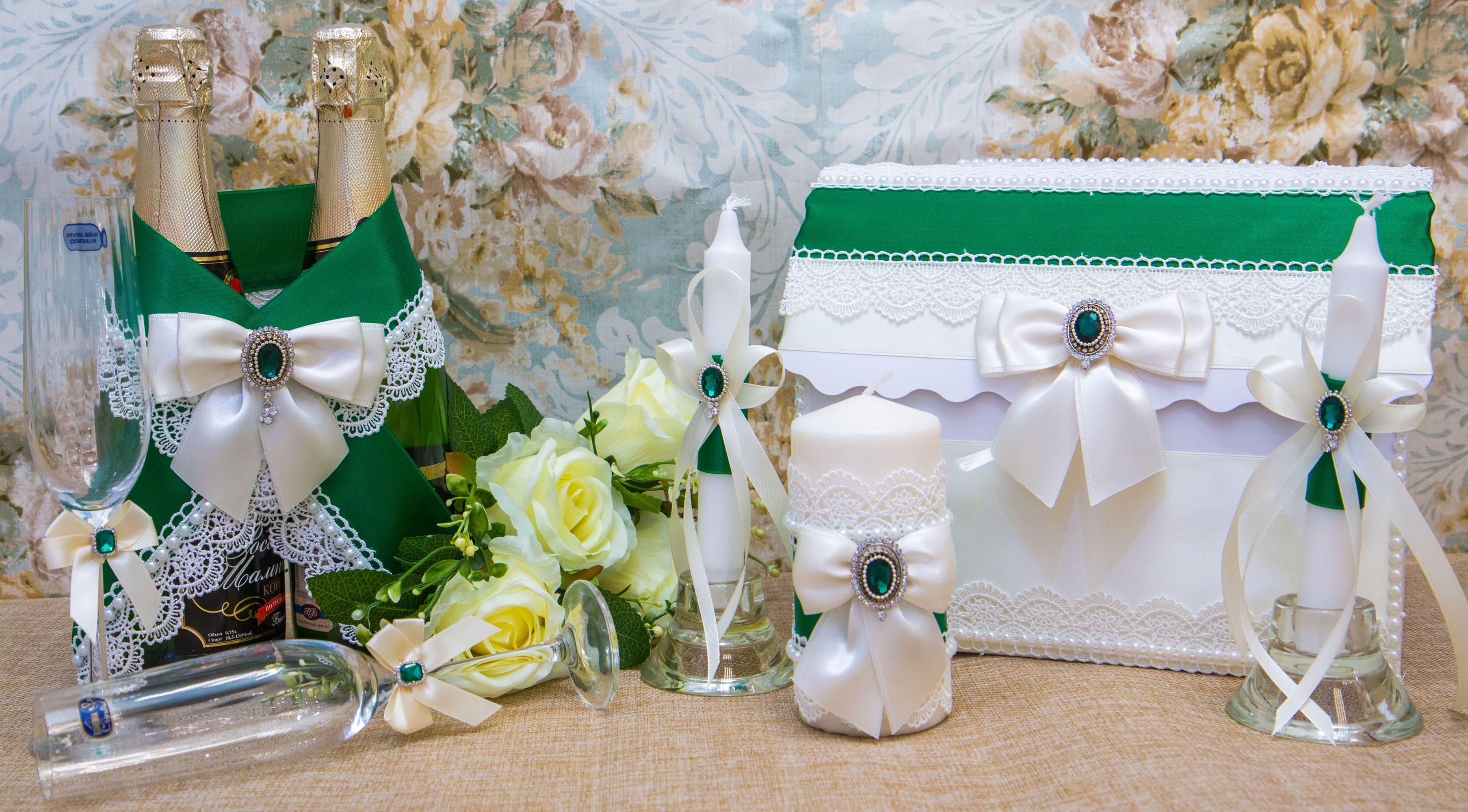 Изысканный свадебный набор из белого кружева с изумрудными деталями.