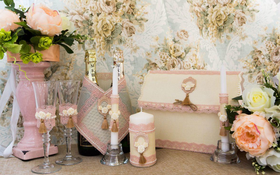 Нежный свадебный набор, украшенный кремовыми бутонами и розовым кружевом.