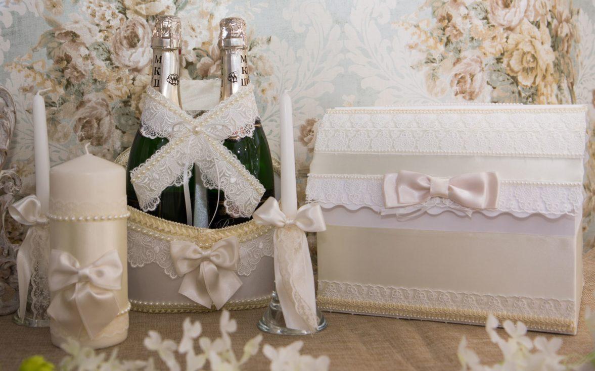 Свадебный набор в оттенках слоновой кости, оформленный кружевом и атласом.