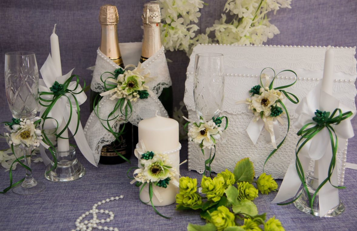 Элегантный свадебный набор из белого кружева с небольшими бусинами.
