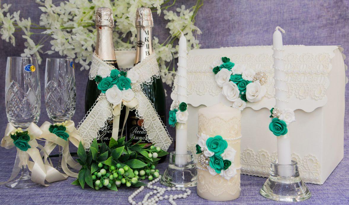Кружевной свадебный набор цвета слоновой кости, украшенный белыми и зелеными бутонами.