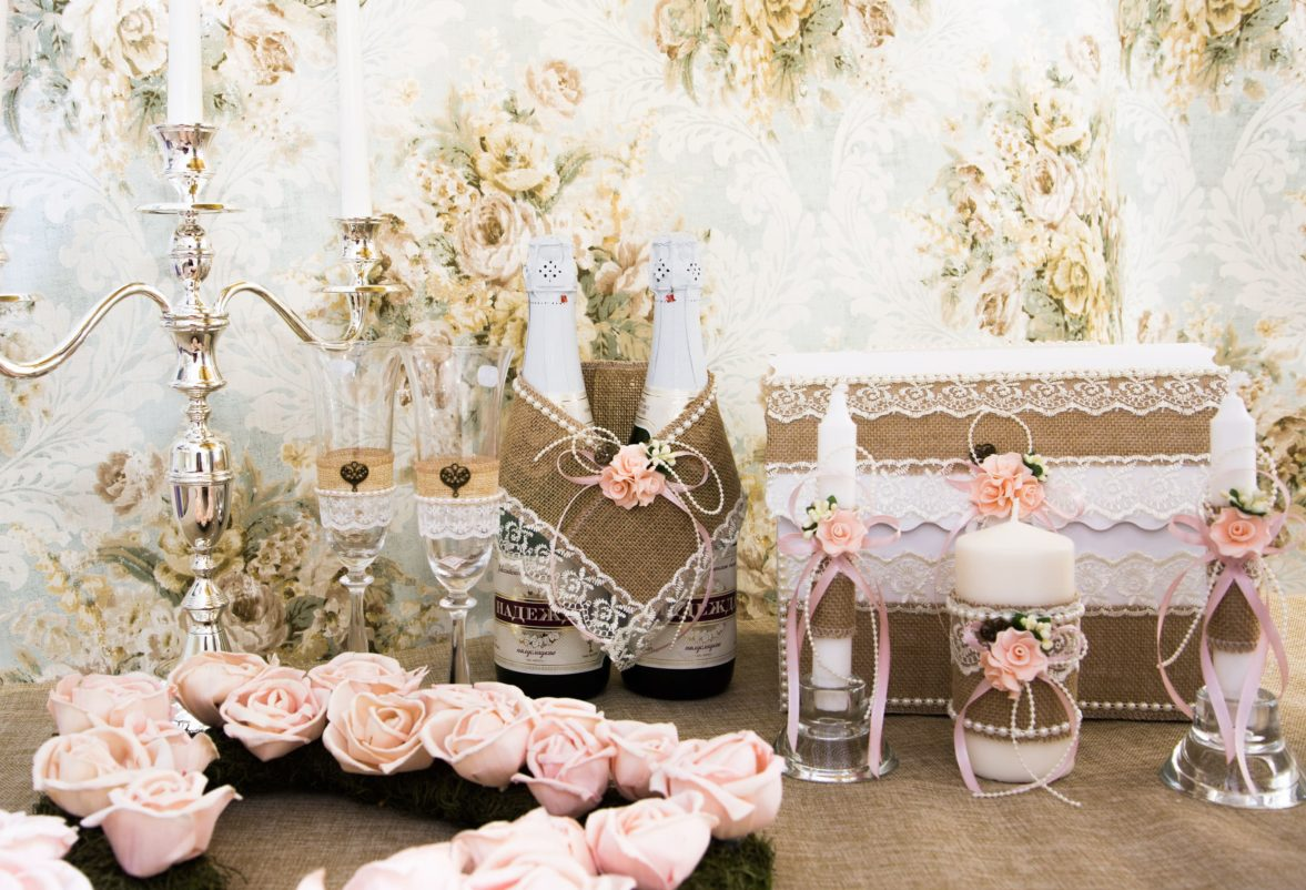 Свадебный набор из рустикальной бежевой мешковины с белой кружевной отделкой.