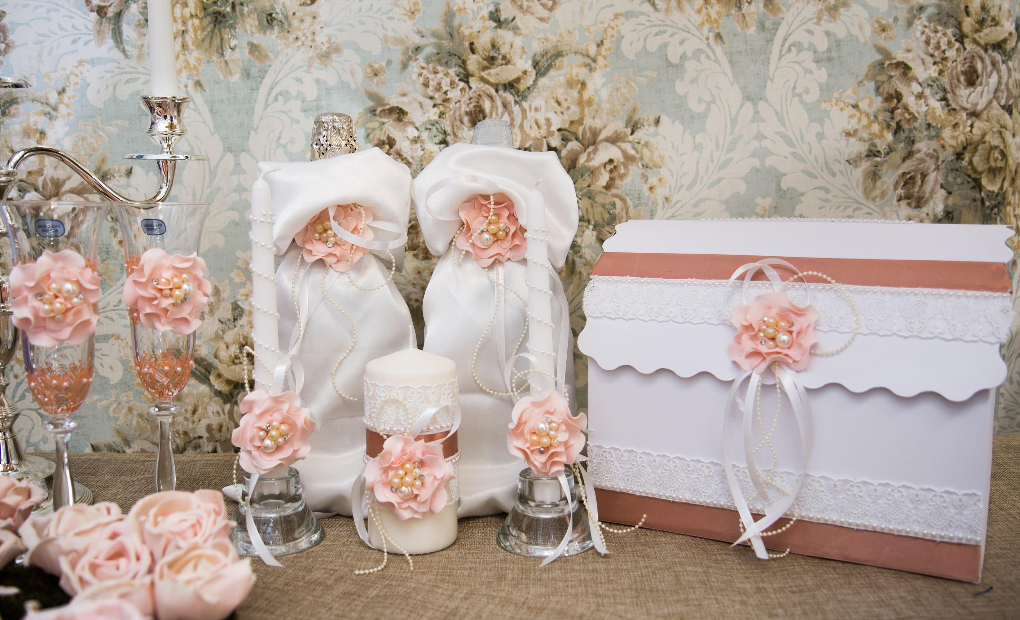 Стильный свадебный набор с пышными кремовыми бутонами в качестве отделки.
