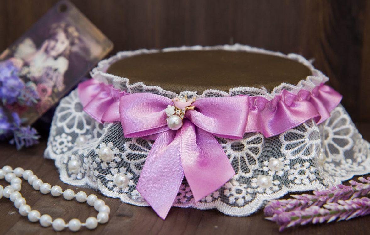 Роскошная кружевная подвязка с розовой атласной лентой и декором из бусинок.
