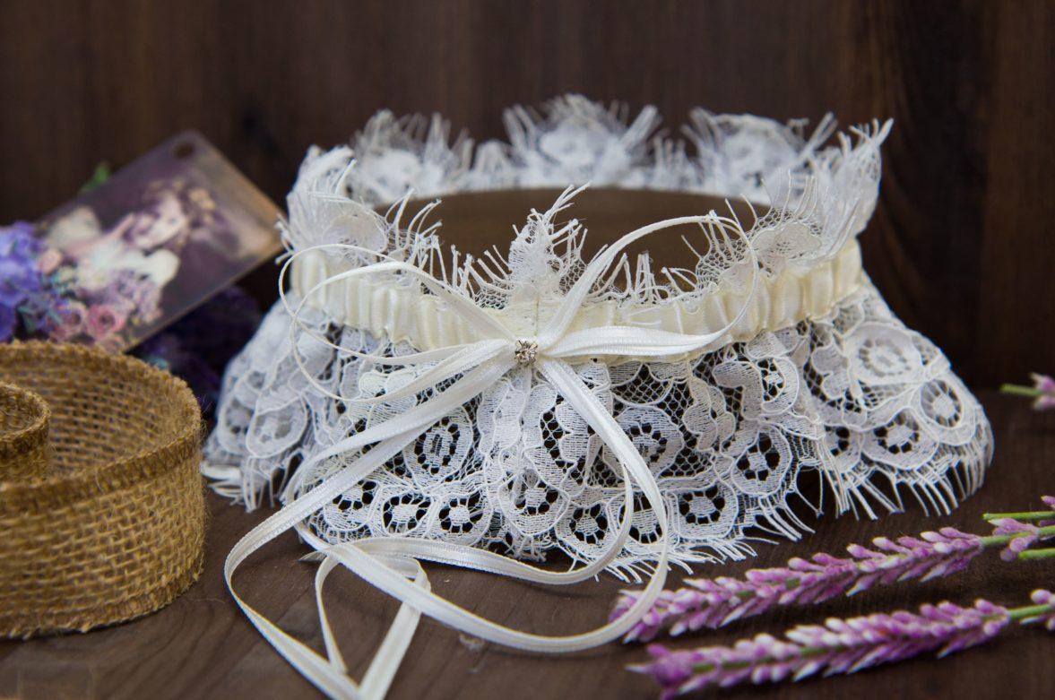 Стильная кружевная подвязка цвета слоновой кости с лаконичным бантом.