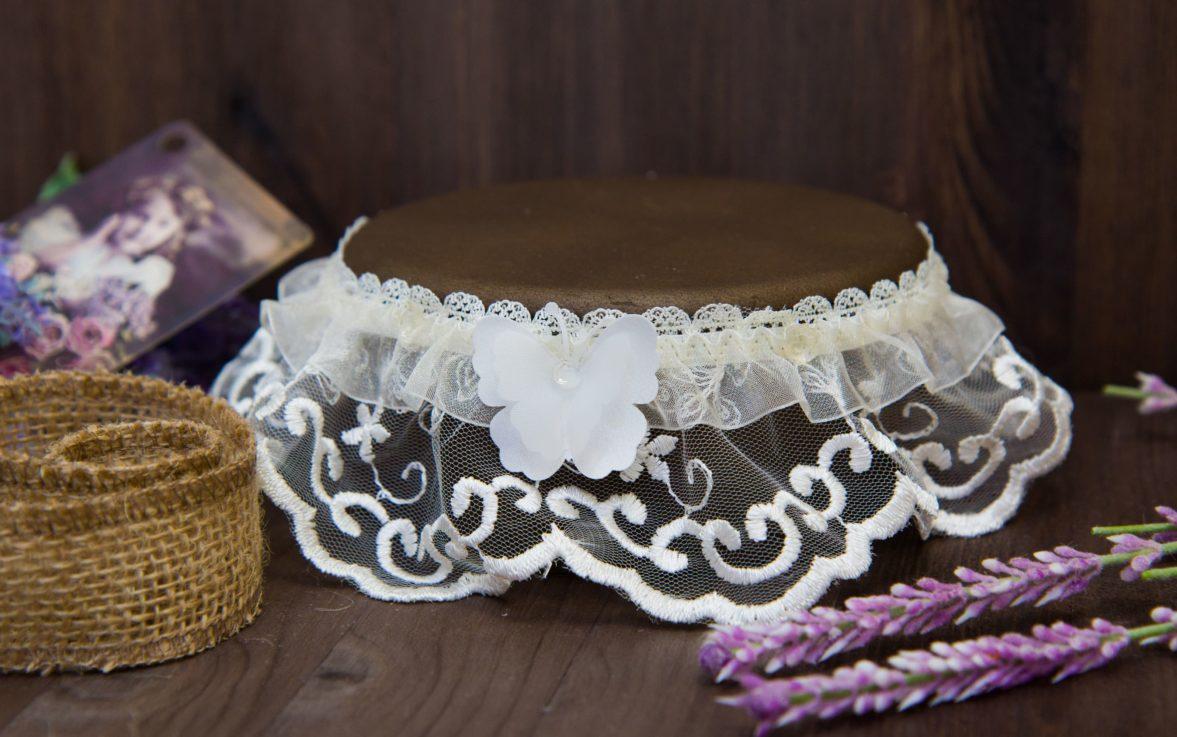 Нежная свадебная подвязка из белого кружева, украшенная объемной бабочкой.