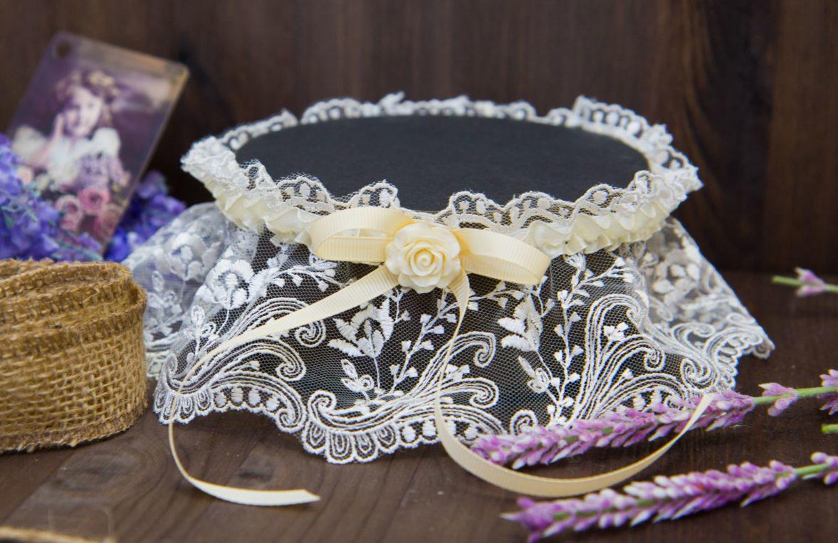 Кружевная подвязка с отделкой кремовой лентой и небольшим романтичным бутоном.