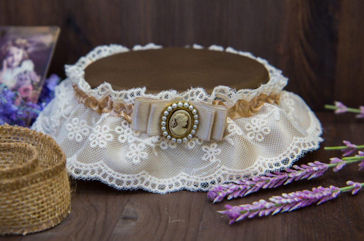 Кружевная подвязка цвета слоновой кости, украшенная изящной камеей.