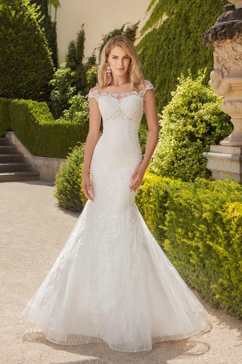 Свадебное платье «рыбка» с бисерным поясом и открытой кружевной спинкой.