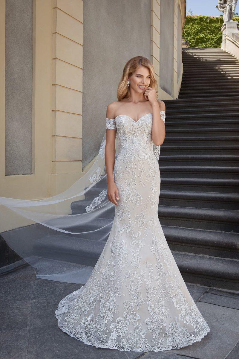 Свадебное платье «рыбка» с подкладкой цвета слоновой кости и длинным шлейфом.