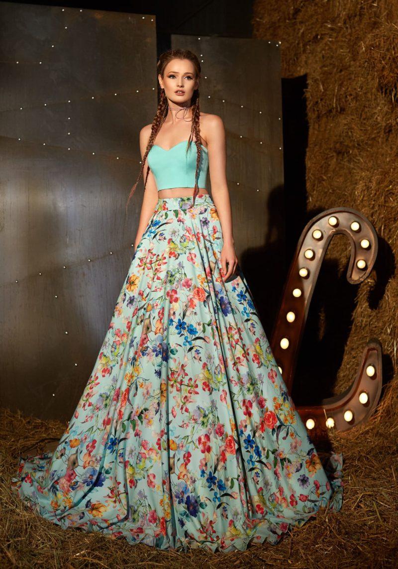 Вечернее платье с укороченным топом и юбкой с цветочным принтом.