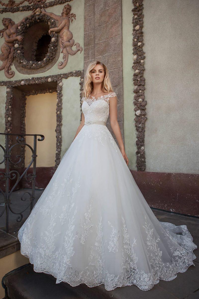 Свадебное платье c кружевным декором и атласным поясом на талии.
