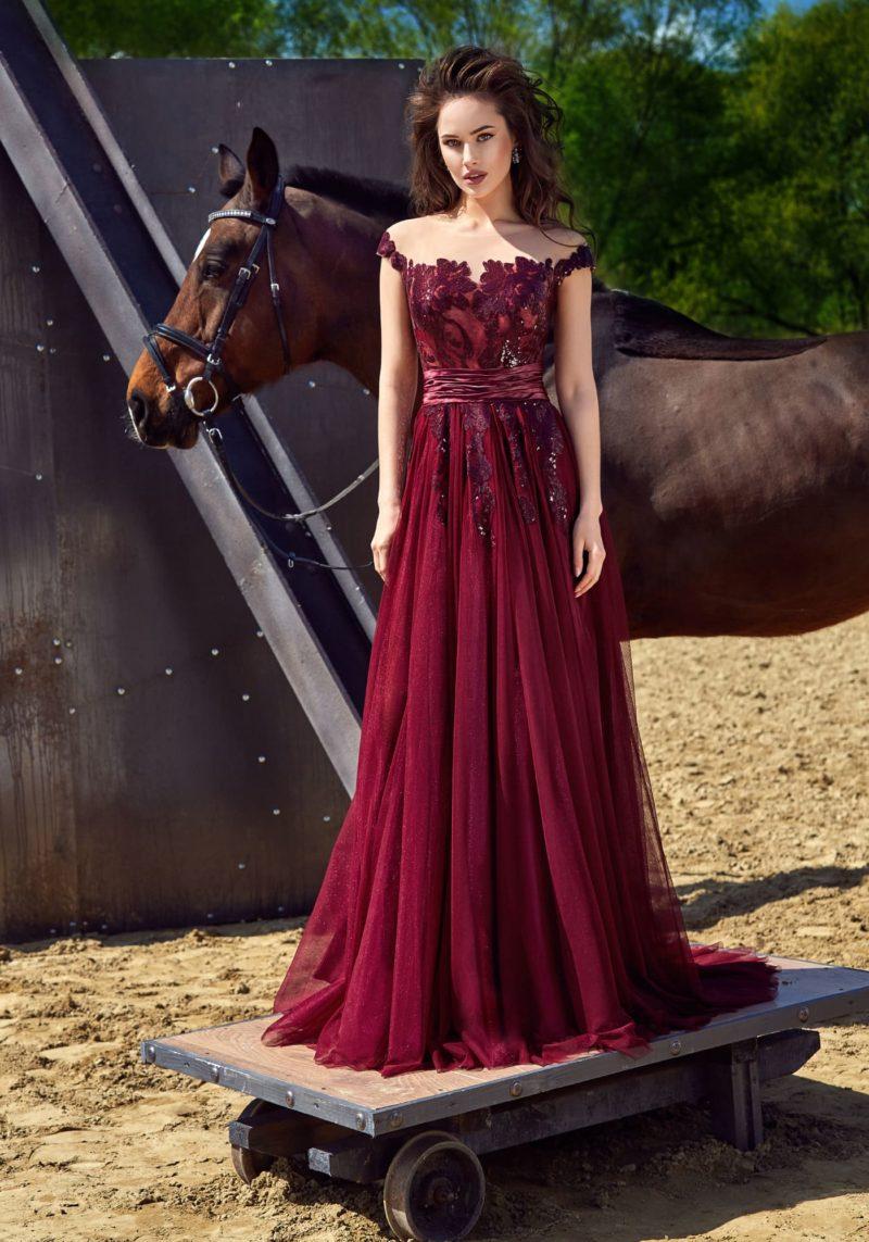 Бордовое вечернее платье прямого силуэта с широким поясом на талии.