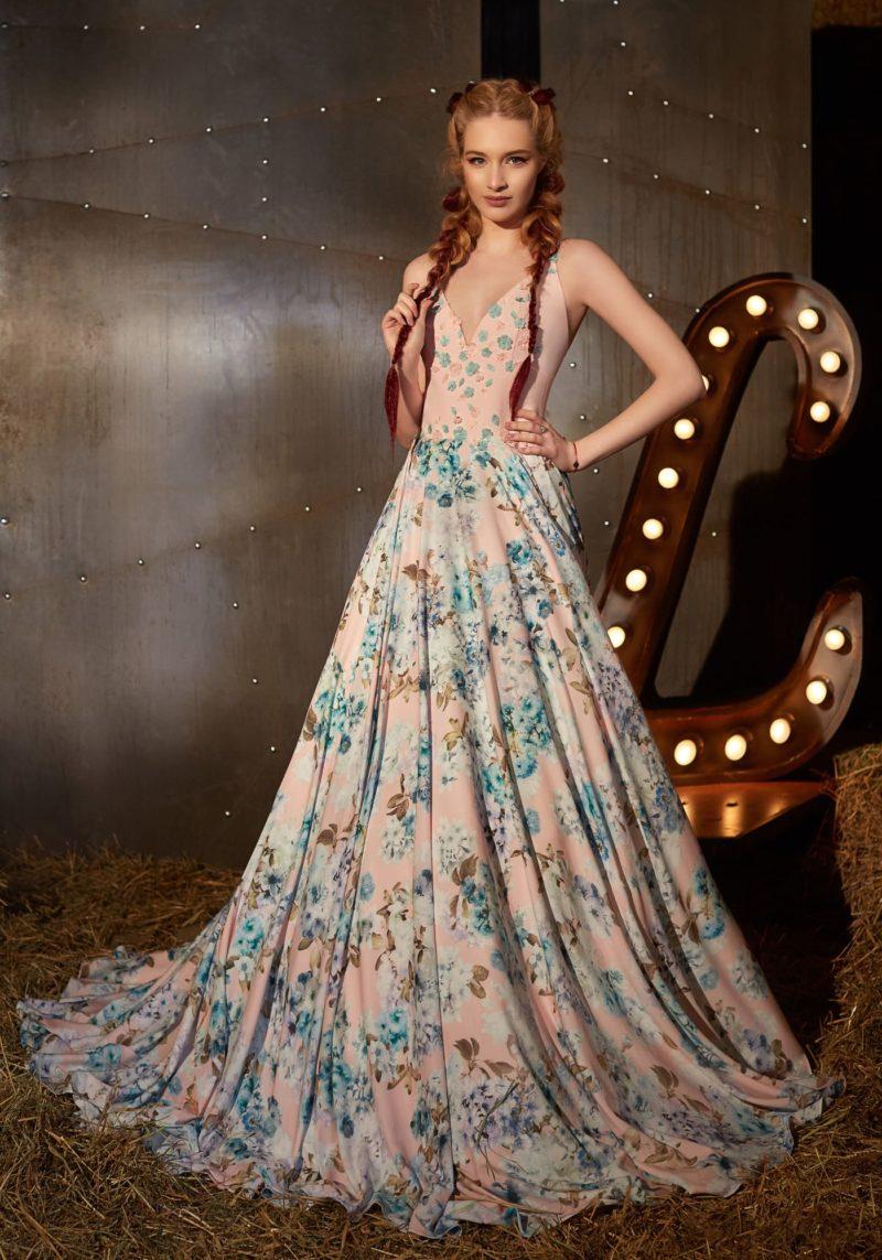 Вечернее платье в розовых тонах, с открытым верхом и цветочным принтом на юбке.
