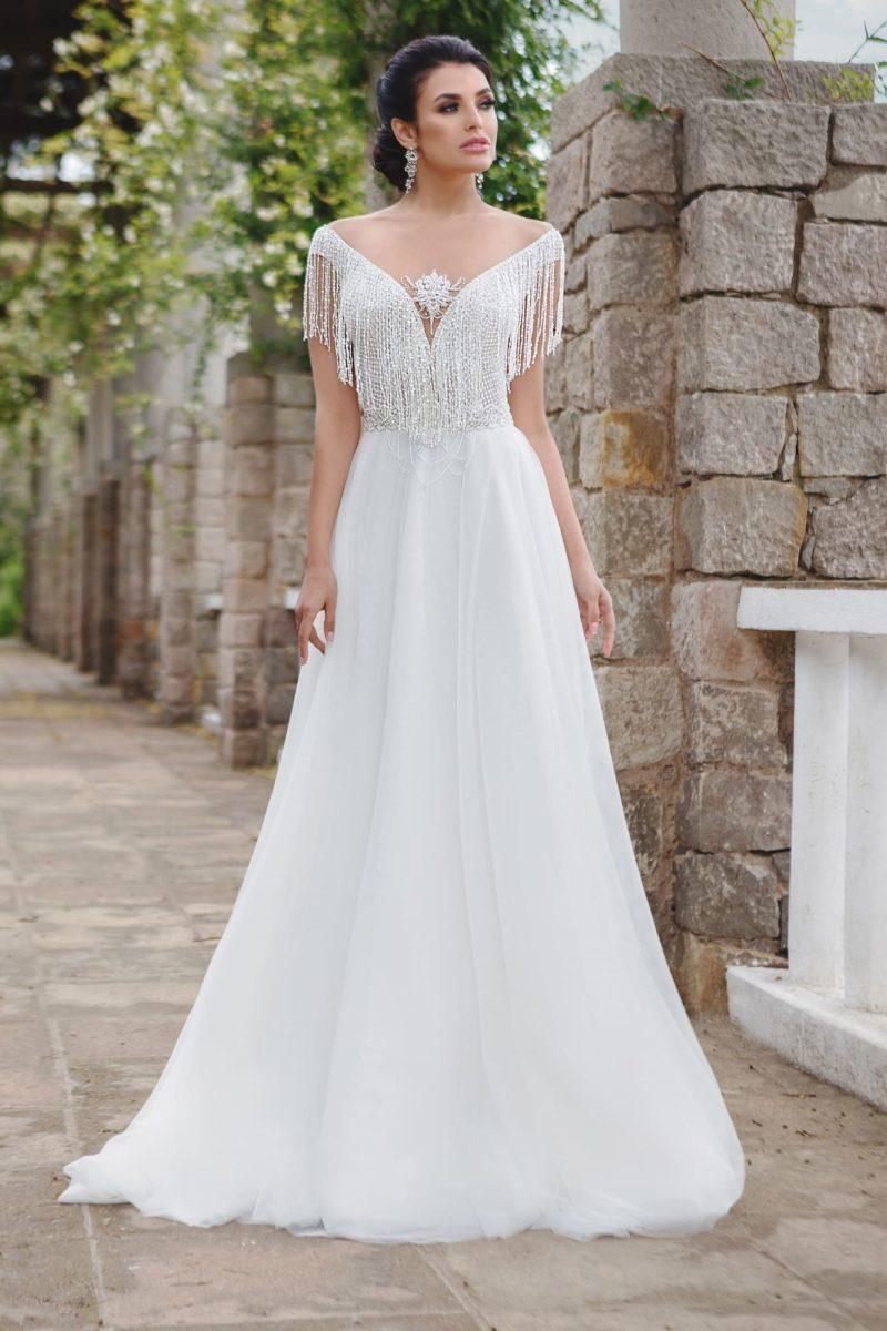 Свадебное платье с бахромой по краю выреза и изящным силуэтом «принцесса».